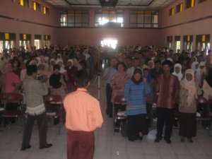 Energizer untuk men-charge semangat dan konsentrasi peserta seminar