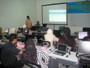 Suasana Presentasi Hasil Pengembangan Kuliah Online oleh Peserta Pelatihan