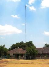 Antenna pemancar yang menjulang tinggi di depan gedung Pusat Sumber Belajar Gugus (PSBG)