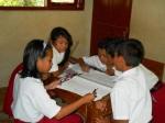 Siswa melakukan diskusi dari hasil pengamatan dan wawancara. Mereka membuat presentasi menggunakan bahan murah. — di Gunung Kidul.