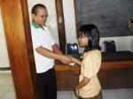 Siswa didampingi Guru, menyerahkan surat rekomendasi — di Gunung Kidul.