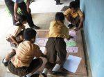 Siswa membuat majalah dinding untuk mempublikasikan hasil penelitian