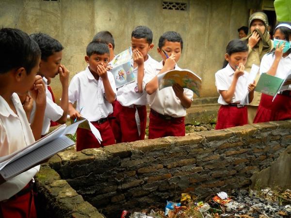 Siswa tengah melakukan penyelidikan terhadap masalah yang ada di sekitar lingkungan sekolah mereka